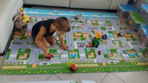Dario druk in de weer met zijn autootjes op de Dwinguler speelmat!