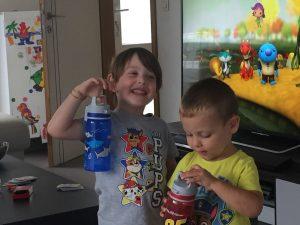 Ayrton en Ascari superhappy met hun Sigg drinkflessen!