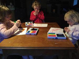 Amaryllis, Jasmijn en Marjolein ijverig in de weer met de Chunkies paintsticks