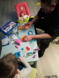 Devlin en zijn papa leuke creaties aan het maken met Mad Mattr!