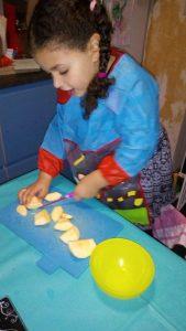 Eloïse fijn aan het koken met haar Kiddikutter!
