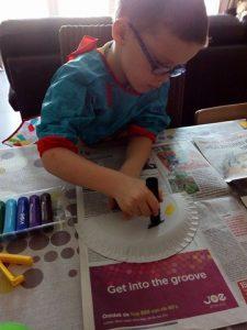 Mauro is volop kunstwerkjes aan het maken met zijn nieuwe Paint Sticks