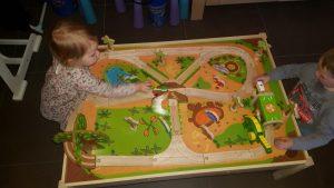 Nio en zijn nichtje Stella met onze leuke dinosaurustafel!