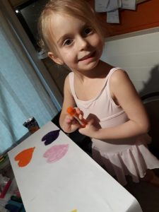 Noa aan de slag met haar Paint Sticks!
