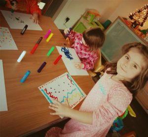 Nora, samen met kleine zus kunstwerkjes aan het maken met de Paintsticks