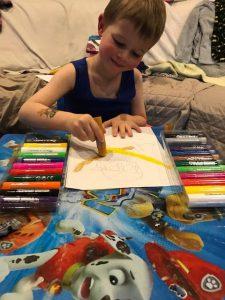 Liam amuseert zich kostelijk met de Paintsticks!