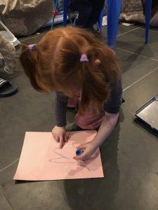 Lena is zeer geconcentreerd aan het knutselen met de Paintsticks!