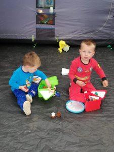 Cel en Cis amuseren zich kostelijk met de Teebee toy boxen!