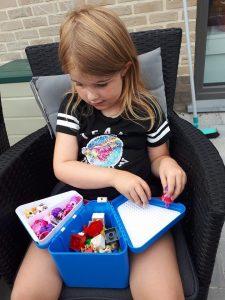Elise is druk in de weer met haar Teebee toy box!