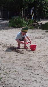 Mads amuseert zich in het zand met zijn Scrunch emmertje!