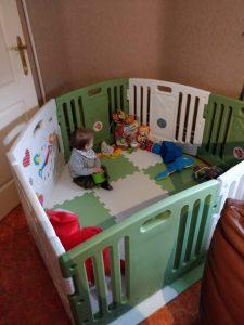Matteo in zijn playpen op een klein appartementje met vreemde hoeken 😂😂🙈